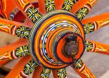 Παλαιά χρωματισμένη ρόδα βαγονιών εμπορευμάτων Στοκ Εικόνες