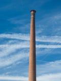 Παλαιά ψηλή καπνοδόχος απαγόρευσης του καπνίσματος φιαγμένη από τούβλα Στοκ Εικόνα
