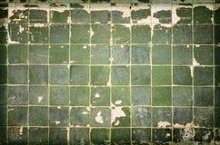 Παλαιά όμορφα παραδοσιακά κεραμίδια με και πράσινα παλαιά σχέδια Στοκ εικόνα με δικαίωμα ελεύθερης χρήσης