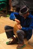 Παλαιά ύφανση καλαθιών ατόμων από το μπαμπού στοκ φωτογραφίες