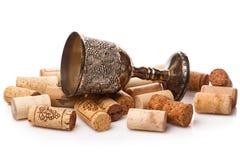 Παλαιά goblet και το κρασί βουλώνουν Στοκ εικόνα με δικαίωμα ελεύθερης χρήσης