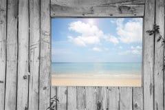 Παλαιά seascape παραθύρων άποψη από το παλαιό ξύλινο γραπτό πλαίσιο ρ στοκ φωτογραφία με δικαίωμα ελεύθερης χρήσης
