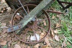 Παλαιά Wheelbarrow ρόδα στοκ φωτογραφία
