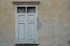 παλαιά Windows τοίχων Στοκ εικόνα με δικαίωμα ελεύθερης χρήσης