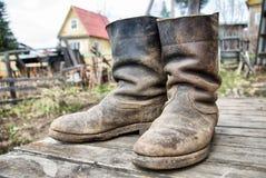 Παλαιές λασπώδεις μπότες αγροτών Στοκ εικόνα με δικαίωμα ελεύθερης χρήσης