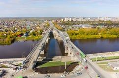 Παλαιές γέφυρα και κατασκευή νέα Tyumen Ρωσία Στοκ εικόνα με δικαίωμα ελεύθερης χρήσης