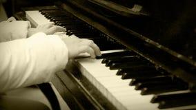 Παλαιές γρήγορες μετακινήσεις επίδρασης κινηματογράφων: το pianist δίνει το δευτερεύοντα πυροβολισμό απόθεμα βίντεο