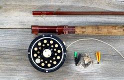 Παλαιές εξέλικτρο και ράβδος μυγών στο αγροτικό ξύλο Στοκ Φωτογραφίες
