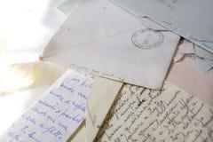 Παλαιές επιστολές αγάπης με τους φακέλους Στοκ Εικόνα