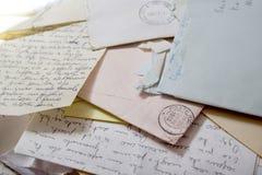 Παλαιές επιστολές αγάπης με τους φακέλους Στοκ φωτογραφία με δικαίωμα ελεύθερης χρήσης