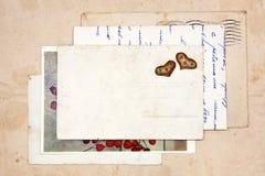 Παλαιές επιστολές, κενές κάρτες και δύο καρδιές Στοκ εικόνα με δικαίωμα ελεύθερης χρήσης