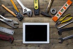 Παλαιές εργαλεία και ταμπλέτα σε έναν ξύλινο πίνακα Στοκ Φωτογραφίες