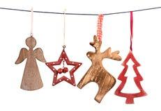 Παλαιές διακοσμήσεις Χριστουγέννων που κρεμούν στη σειρά που απομονώνεται Στοκ φωτογραφία με δικαίωμα ελεύθερης χρήσης