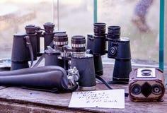Παλαιές διόπτρες και κάμερα για την πώληση Στοκ εικόνες με δικαίωμα ελεύθερης χρήσης