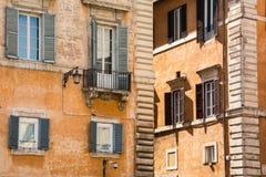 Παλαιές κίτρινες προσόψεις των ιταλικών σπιτιών με τα ανοικτά ξύλινα παράθυρα Στοκ εικόνες με δικαίωμα ελεύθερης χρήσης