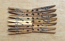 Παλαιές καρφίτσες ενδυμάτων σε ένα ξύλινο υπόβαθρο Στοκ Εικόνες