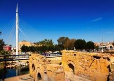 Παλαιές καταστροφές και γέφυρα για πεζούς. Murcia Στοκ φωτογραφία με δικαίωμα ελεύθερης χρήσης