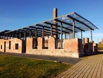 Παλαιές καταστροφές με τη σύγχρονη στέγη Στοκ Εικόνα