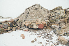 Παλαιές καταστροφές πολεμικών οχυρών στην εκλεκτής ποιότητας επίδραση παραλιών Στοκ Φωτογραφίες