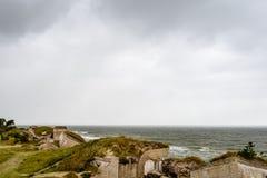 Παλαιές καταστροφές πολεμικών οχυρών στην παραλία Στοκ φωτογραφία με δικαίωμα ελεύθερης χρήσης