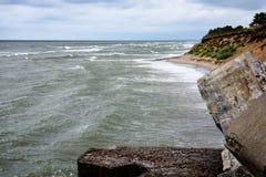 Παλαιές καταστροφές πολεμικών οχυρών στην παραλία Στοκ Φωτογραφίες
