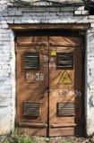 Παλαιές καφετιές πόρτες μετάλλων της παλαιάς άσπρης οικοδόμησης τούβλου του μετασχηματιστή Στοκ φωτογραφίες με δικαίωμα ελεύθερης χρήσης