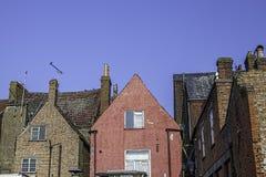 Παλαιές κορυφές στεγών δημαρχείων του κόκκινου τσιμέντου που δίνεται συμπεριλαμβανομένου οικοδόμηση Στοκ φωτογραφία με δικαίωμα ελεύθερης χρήσης