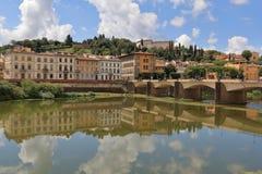 Παλαιές κτήρια και γέφυρα Ponte alle Grazie πέρα από τον ποταμό Arno Στοκ εικόνα με δικαίωμα ελεύθερης χρήσης