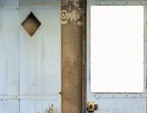 Παλαιές μπλε ξύλινες πόρτες με μια λευκιά επιτροπή στο κενό Στοκ εικόνα με δικαίωμα ελεύθερης χρήσης
