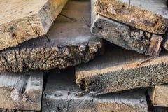 Παλαιές ξεπερασμένες τραχιές ραγισμένες σανίδες με σκουριασμένο καμμμένο Nails_Side Vie Στοκ Φωτογραφίες