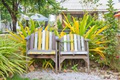 Παλαιές ξύλινες καρέκλες στον κήπο Στοκ φωτογραφίες με δικαίωμα ελεύθερης χρήσης