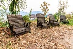 Παλαιές ξύλινες καρέκλες στον κήπο Στοκ Εικόνες