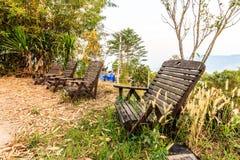 Παλαιές ξύλινες καρέκλες στον κήπο Στοκ φωτογραφία με δικαίωμα ελεύθερης χρήσης