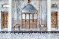 Παλαιές ξύλινες πόρτες σε ένα υπόβαθρο εκκλησιών Στοκ Φωτογραφία