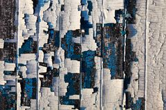 Παλαιές ξύλινες σανίδες με τα υπολείμματα του ραγισμένου λάδι-χρώματος Στοκ Φωτογραφίες