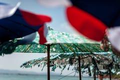 παλαιές ομπρέλες παραλιών στον κοντινό ο ωκεανός Στοκ εικόνα με δικαίωμα ελεύθερης χρήσης