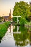 Παλαιές ολλανδικές γέφυρα, κανάλι και εκκλησία στοκ εικόνα με δικαίωμα ελεύθερης χρήσης