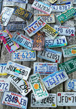 Παλαιές πινακίδες αριθμού κυκλοφορίας αυτοκινήτων στον τοίχο Στοκ εικόνες με δικαίωμα ελεύθερης χρήσης