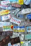 Παλαιές πινακίδες αριθμού κυκλοφορίας αυτοκινήτων στον τοίχο Στοκ Εικόνα