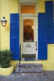 Παλαιές πρόσφατα χρωματισμένες πόρτες του ξενοδοχείου στη γαλλική συνοικία κοντά στην οδό μπέρμπον στη Νέα Ορλεάνη, Λουιζιάνα Στοκ Εικόνες
