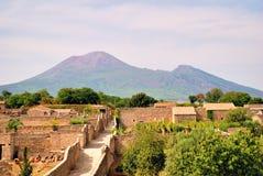 Παλαιές ρωμαϊκές καταστροφές της Πομπηίας με το υποστήριγμα Vesuvio Στοκ Φωτογραφία
