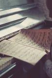 Παλαιές σκονισμένες σημειώσεις για ένα εκλεκτής ποιότητας πιάνο Στοκ φωτογραφίες με δικαίωμα ελεύθερης χρήσης