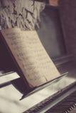 Παλαιές σκονισμένες σημειώσεις για ένα εκλεκτής ποιότητας πιάνο Στοκ εικόνα με δικαίωμα ελεύθερης χρήσης