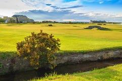 Παλαιές συνδέσεις σειράς μαθημάτων του ST Andrews γκολφ. Τρύπα 18 γεφυρών. Σκωτία. Στοκ Εικόνες
