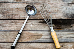 Παλαιές συσκευές κουζινών, ξύλινος πίνακας στοκ εικόνες με δικαίωμα ελεύθερης χρήσης