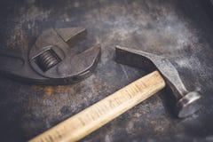 Παλαιές σφυρί και γαλλικό κλειδί πιό plier/λαβίδες - εκλεκτής ποιότητας εργαλεία Στοκ φωτογραφία με δικαίωμα ελεύθερης χρήσης