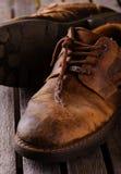 Παλαιές φορεμένες δαντέλλες στις καφετιές μπότες δέρματος Στοκ φωτογραφία με δικαίωμα ελεύθερης χρήσης