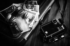 Παλαιές φωτογραφίες, μια κάμερα και ξηρά λουλούδια μαύρο λευκό Στοκ φωτογραφίες με δικαίωμα ελεύθερης χρήσης