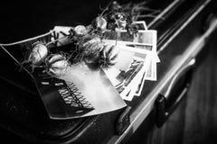 Παλαιές φωτογραφίες, μια κάμερα και ξηρά λουλούδια μαύρο λευκό Στοκ φωτογραφία με δικαίωμα ελεύθερης χρήσης