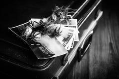 Παλαιές φωτογραφίες, μια κάμερα και ξηρά λουλούδια μαύρο λευκό Στοκ Εικόνα